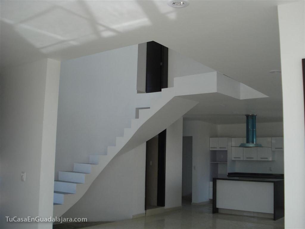 Escaleras de de casas construidas en guadalajara zapopan for Remodelacion de casas pequenas fotos